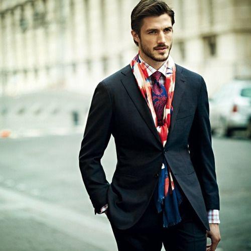 スーツ×チェックシャツ+派手マフラー   メンズファッションスナップ フリーク   着こなしNo:75854