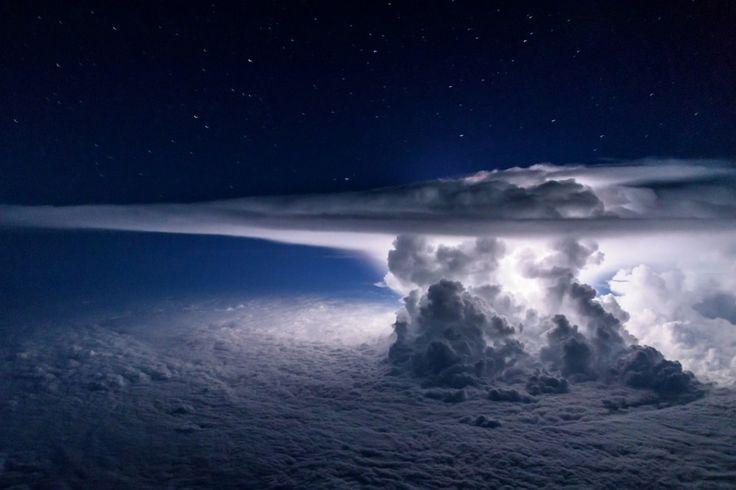 La formation d'un orage vue d'un avion à 11000 mètres d'altitudes