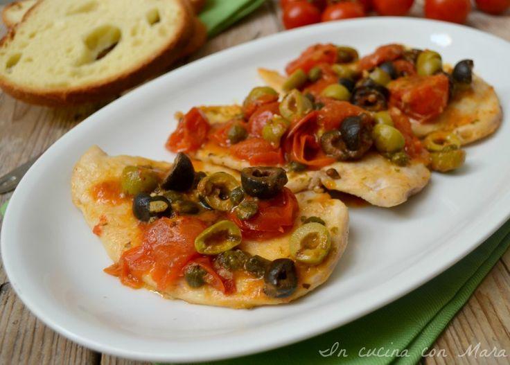 petto di pollo alla mediterranea, un secondo molto semplice e veloce da preparare. Petto di pollo cucinato con pomodorini olive capperi e origano profumato.