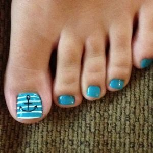Sailor stripes Toe Nails goes well with the sailor stripes nails.