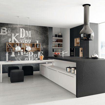 Mur tableau noir, cuisine grise