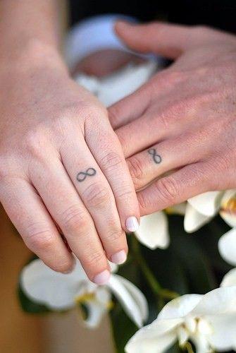 Alianças eternas: Casais optam por tatuar seus dedos anelares com o símbolo do infinito. O que vocês acham? www.facebook.com/blacktienoivas