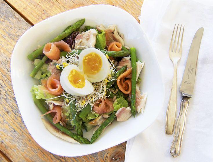 Salade met groene asperges, gerookte zalm, forel en een wasabi-limoen dressing.