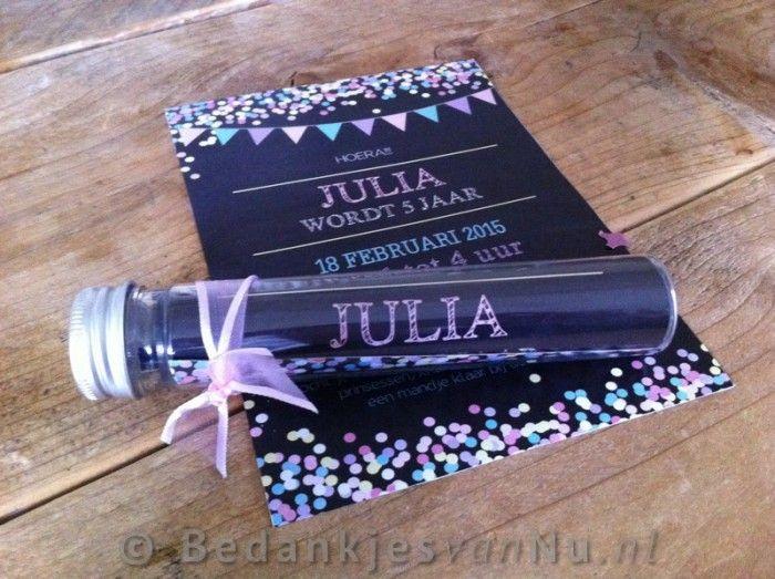 Leuke uitnodigingen voor een kinderfeestje, in de plexi tube kan je eventueel naast de uitnodiging ook confetti of snoepjes in doen.