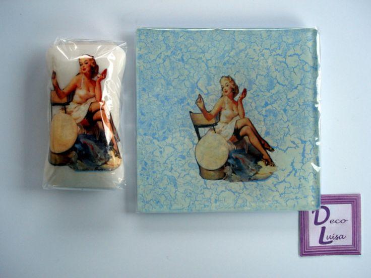 Bnadeja vaciabolsillo tamaño 10 x 10 cm. y jabón de 60 gr. decorada con decoupage y craquelada.