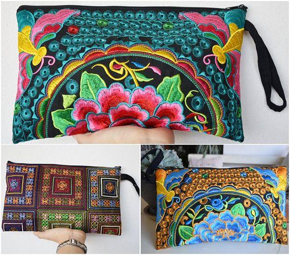 Esta bolsa está hecha de tela de algodón, la tela es bordada y la atención al detalle es evidente. Estas bolsas son hechas por las tribus del norte de Tailandia, de colina. Este bolso versátil se puede utilizar para poner dinero, moneda, teléfono, gafas, llaves, libros pequeños o tarjetas.  Bolsos hechos a mano de Tailandia, hechas por las manos con amor.  Muy único un pedazo de bolsa  ★Dimension:  Negro/azul y negro/verde bolso de embrague Longitud: 11(pulgadas) Altura: 7(pulgadas)…