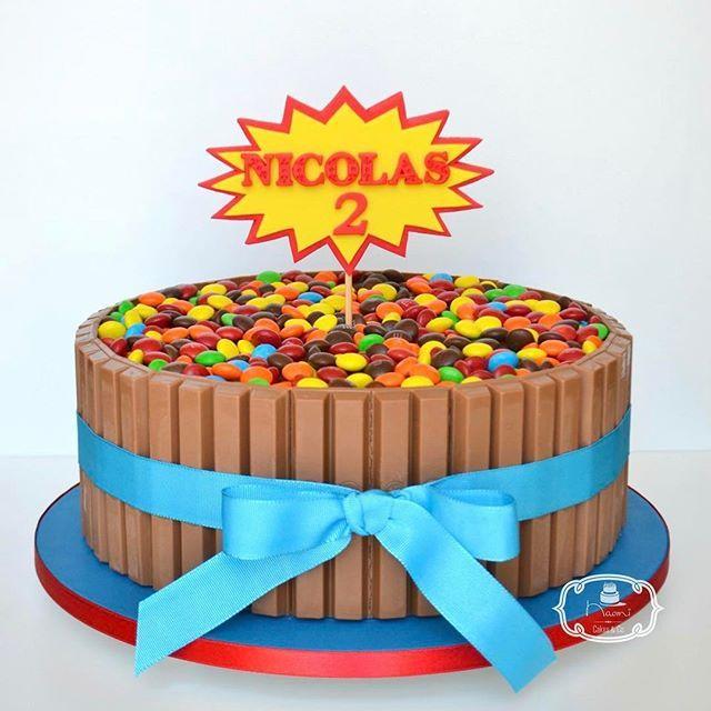 Bolo de Chocolate com recheio de Brigadeiro de Nutella e cobertura de  Ganache de Chocolate Meio Amargo, decorado com Kit Kat e M&M's, tema Super Heróis.