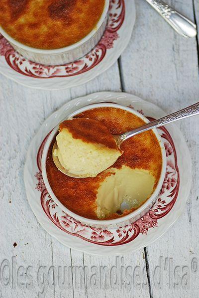 Pour 4 :  2 tasses de lait, 1 CàS d'extrait de vanille -> Chauffer, pdt ce temps remuer et blanchir 4 oeufs et verser le lait chaud dessus. env 30min au four (ac lèche-frite + eau)
