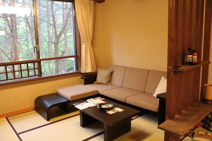 和室にソファを置こうと考えたときに気になるのは、畳に跡が残ったりへこんだりしてしまわないかということです。 しかし、和室でもソファを置いて寛げる空間にしたいと感じることもあるかと思います。  ま...
