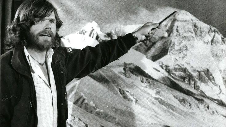 Reinhold Messner - Der Herr der Berge-Seine Liebe und Leidenschaft zu den Bergen haben Reinhold Messner nie losgelassen. Der Extrembergsteiger aus Südtirol gehört zu den unbestrittenen Pionieren der alpinen Welt. Ihm gelang es, als erster Mensch weltweit von den Gipfeln aller vierzehn Achttausender hinabzublicken. Was heute die Entwicklung widerstandsfähigster, leichtester und zugleich wärmster Materialen nahezu jedem ambitionierten - und leider oft auch naiven - Bergsteiger ermöglicht, war…