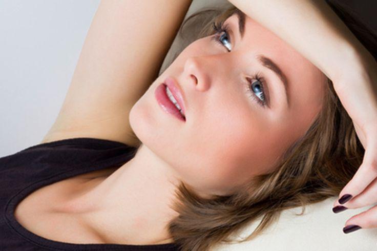 Osoby mające skórę wrażliwą wiedzą, z jakimi problemami się ona wiąże. Częste zaczerwienienia, podrażnienia i pękające naczynka nie wyglądają zbyt atrakcyjnie na naszej twarzy. Pojawia się na niej martwy naskórek, jest szorstka, przesuszona, skłonna do alergii. Skóra wrażliwa wymaga szczególnej pielęgnacji, aby zawsze wyglądała pięknie.