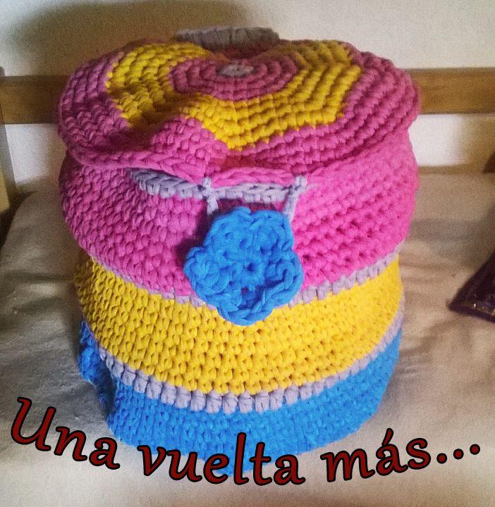Canasto con tapa, para ropa sucia, de totora o trapillo tejido al crochet