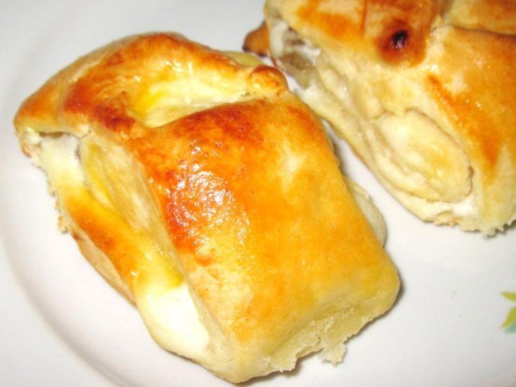 Sweet yeast buns with cream cheese and raisins