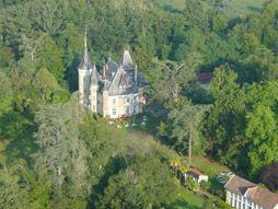 Gers - Gascogne- Charmecampings(ANWB) Het kasteel ligt in een prachtig park met veel uitheemse bomen. Hotel, chalets en camping - zwembad , restaurant met streekgerechten, een speelveld voor de kinderen, tafeltennistafels en een jeu de boules baan.
