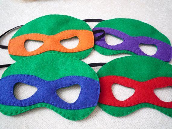 Amusant, fait main, feutrine masques inspirée par le Teenage Mutant Ninja Turtles. Chaque masque de taille enfant mesure jusquà environ 22 pouces de diamètre.  Idéal pour la fête d'anniversaire favorise, ou comme un cadeau. Lot de 4 masques comprennent les tortues Ninja bleu, rouge, orange et violet. Prêt à la coutume faire d'autres masques de super-héros comme demandé.  S'il vous plaît permettre 1-2 semaines compléter la commande.
