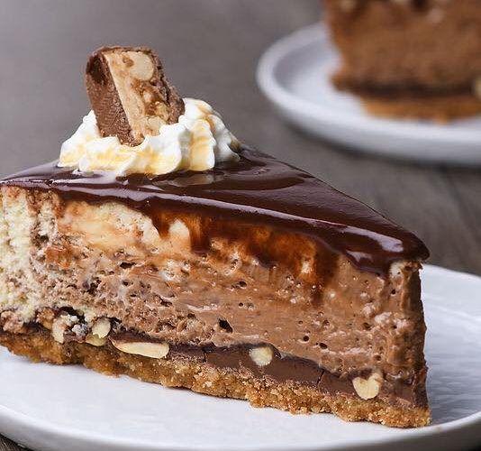 To επικό cheesecake με snickers είναι ένα γλυκό για τους φανατικούς της σοκολάτας snickers και για εσας που θέλετε να ανεβάζετε τα γλυκά σας στο instagram ! Εκτέλεση Προθερμαίνετε τον φούρνο στους 175 C. Βουτυρώνετε και απλώνετε 1 αντικολλητικό φύλλο σε μια φόρμα με αποσπώμενα τοιχώματα. Θρυμματίζετε τα μπισκότα μέχρι να γίνουν πούδρα και αναμειγνύετε …