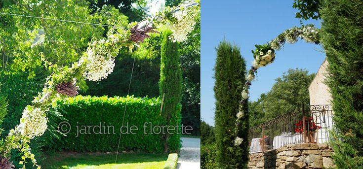 Arche fleurie avec gypsophile et lavande au pied des escaliers de la chapelle Saint Bacchi - Mariage en Provence...