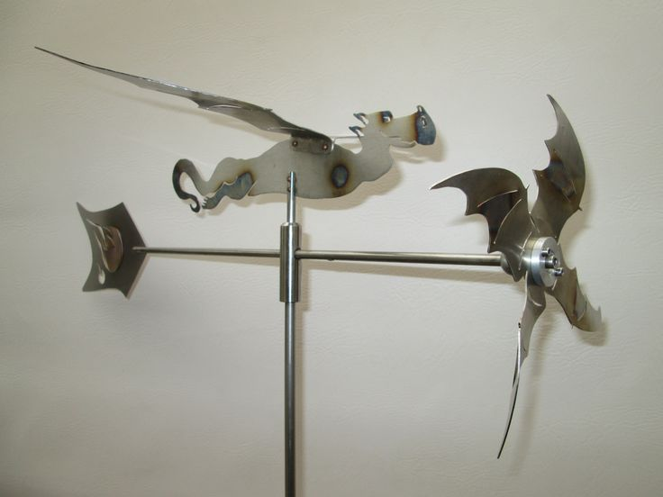 Windspiel Drache aus Edelstahl Propeller Motiv und Fahne sind geflammt. Der Propeller hat einen Durchmesser von 30 cm. Die Edelstahlstange hat eine Länge von 2 x 88 cm mittels einer Hülse steckbar