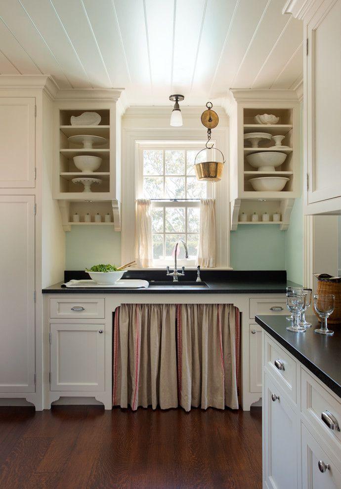 Короткие шторы на кухню: 75+ утонченных интерьерных решений для кухни и столовой зоны http://happymodern.ru/shtory-na-kuxnyu-korotkie/ Кухня в пляжном стиле со свойственной цветовой палитрой: нежно-голубой кухонный фартук, белые фасады гарнитура, укороченные светло-песочные шторы на окнах и т.д.
