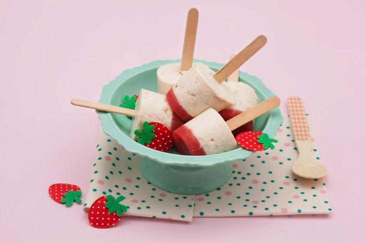 Mettete in freezer 2 stampini da 100 ml circa. Lavate bene le fragole, scolatele, asciugatele, tagliatele a pezzetti e frullatele...