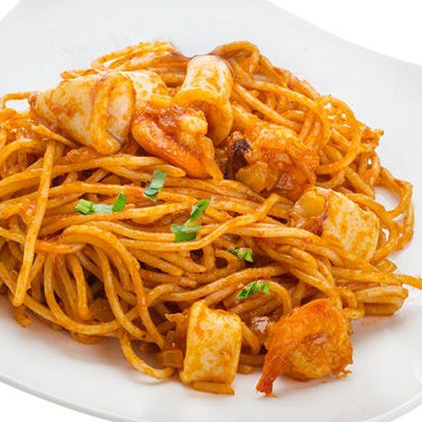 Estos espaguetis a la marinera se pueden preparar con ingredientes a tu gusto, mejillones, colas de gambas o langostinos, tiras de sepia o calamares... Aquí tienes varias ideas.