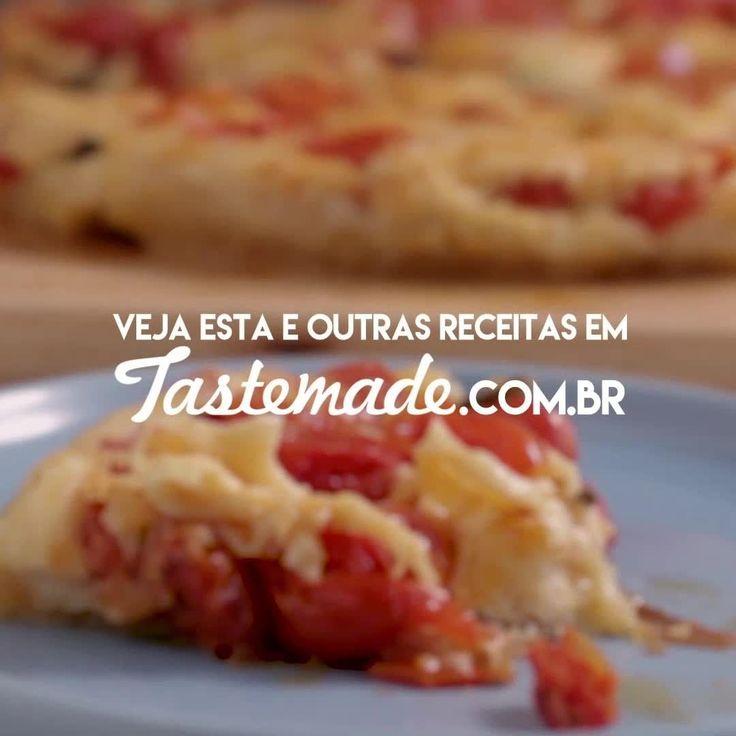 INGREDIENTES ● 300g de tomates cereja ● 1 colher de sopa de azeite de oliva ● Sal a gosto ● ½ maço de manjericão desfolhado ● 200g de queijo gruyere ralado ● 300g (1 pacote) de massa folhada ● 1 ovo batido Em uma tigela, dispor os tomates, o azeite, o sal, o manjericão e o queijo. Misturar. Dispor em uma forma. Cobrir com a massa folhada. Fazer um corte em formato de cruz no meio da massa. Pincelar ovo batido. Assar em forno preaquecido a 180 graus por 40 minutos. Deixe amornar e desenforme.