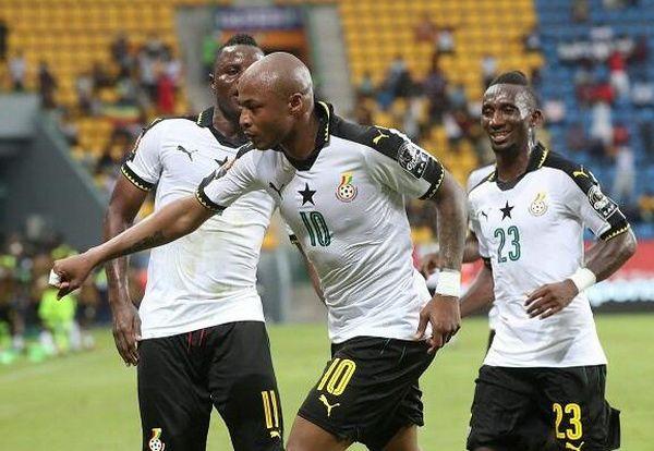 En el blanco acostumbrado de las estrellas negras, la nueva camiseta de Ghana baratas Copa Africana de 2017 tiene la sensación de la camisa del balompié de los mid-1990s (menos las mangas extra grandes) con un collar negro del polo, las mangas que graban y los pun ¢ os de la manga.