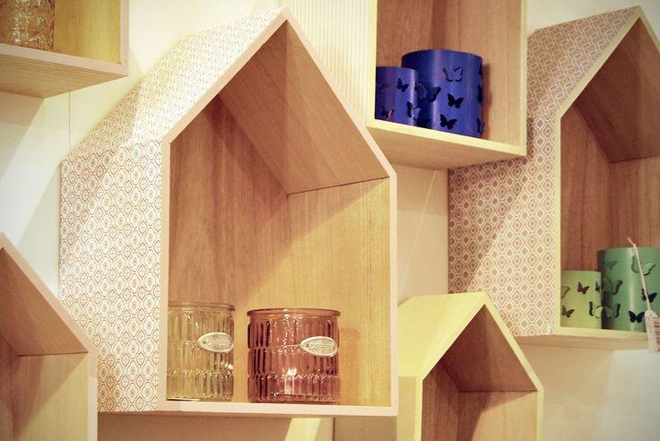 #Estanterías de madera con forma de casita, de Proflor.