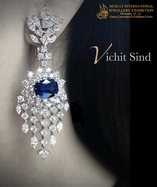 Vichit Sind هي شركة مقرها تايلاند ومصدرة للمجوهرات الجميلة من عيار 18 قراط وتشمل التصاميم الخاصة بها أربع قطع من المجوهرات المطابق Jewelry Sapphire Ring Rings
