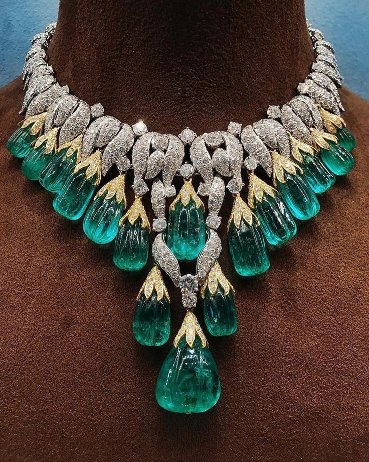 Now that's the way to start the new week! A stunning necklace by @davidwebbjewels . #davidwebbjewels #emerald #collar #necklace #emeraldcollar #craftsmanship #emeralds