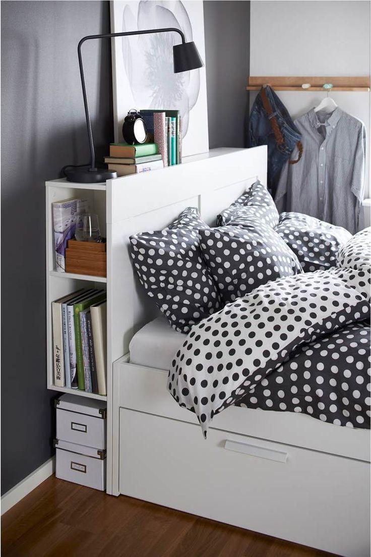 Examinons le lit avec rangement pour les petits espaces ! Qu'il soit sous la forme de chevet suspendu, tête de lit avec étagères ou lit-pont sur mesure