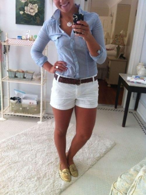 Weiße Hotpands, brauner Gürtel und blaues Hemd. Super!