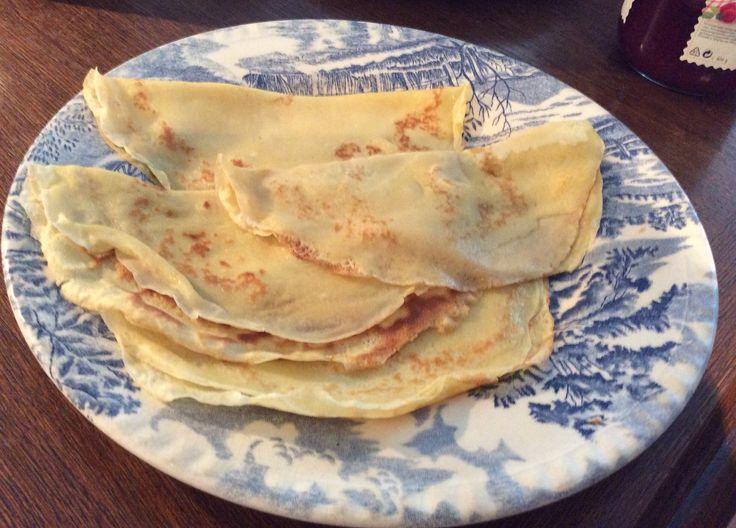 Speltpannekaker. Ca 2,5 dl siktet speltmel  1/2 ts salt 2 ts brunt sukker ca  3,5dl melk2 egg ca 50 g smør. Smelt smøret og avkjøl litt. Bland mel, salt og sukker. Ha i vel halvparten av melken. Rør godt til glatt røre. Ha i eggene, ett av gangen, resten av melken, og tilslutt det smeltede smøret. Bland godt og la hvile i ca 15 min. Stek små, tynne pannekaker, ca 12 - 13 stk, på svak varme. Spis og nyt!