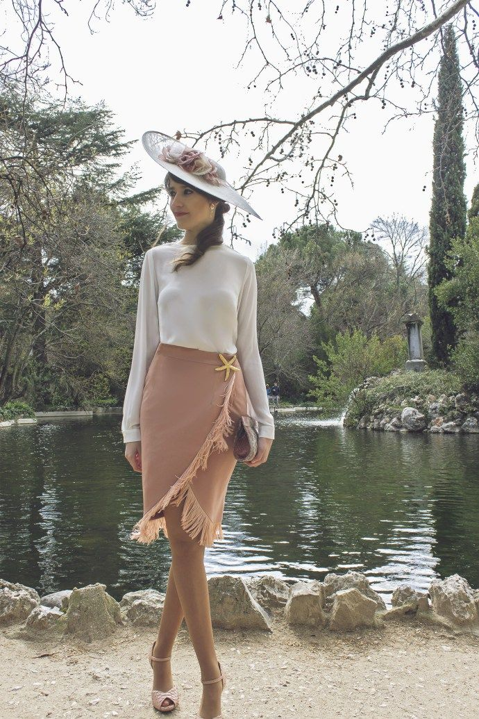 Invitada con falda Lima Madrid y Sisters Tocados y complementos We Wed 9