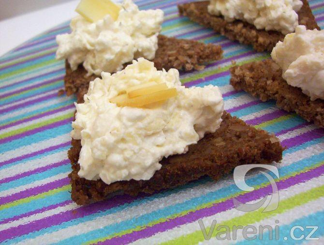 Pomazánka s vůní česneku zase jinak. Vhodná na jednohubky, chlebíčky nebo jen tak k pečivu.