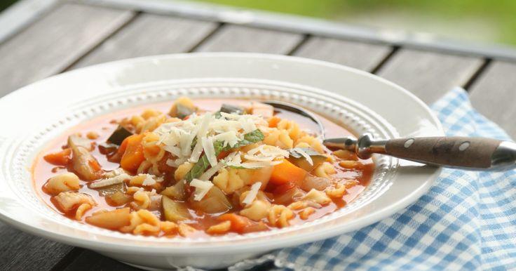 Italiensk grønnsakssuppe med basilikum og parmesan