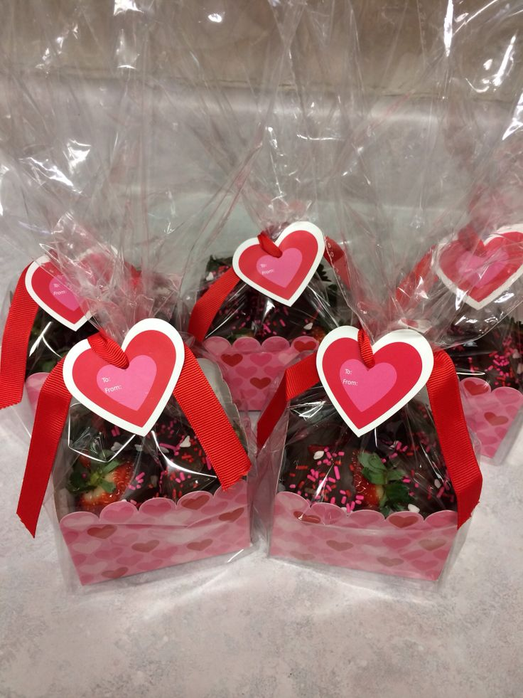 Cute Valentine's Day gifts for teachers or friends ❤️ boxed chocolate covered strawberries