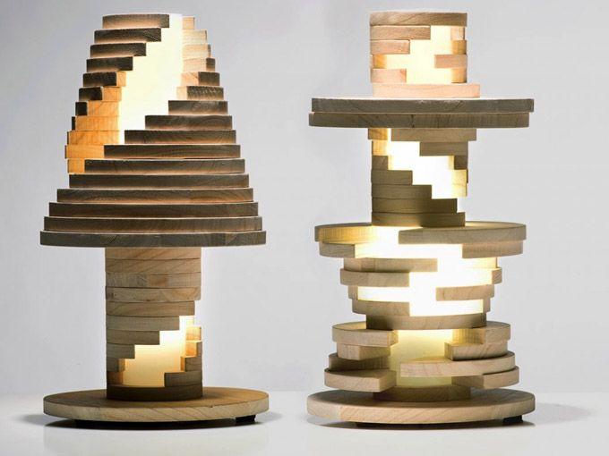 """A partir de uma de uma luminária clássica, a Manifattura Italiana Design criou uma nova roupagem. Desmontando os pedaços de madeira e os colocando em uma nova ordem, a pessoa pode sempre criar uma """"nova luminária""""."""