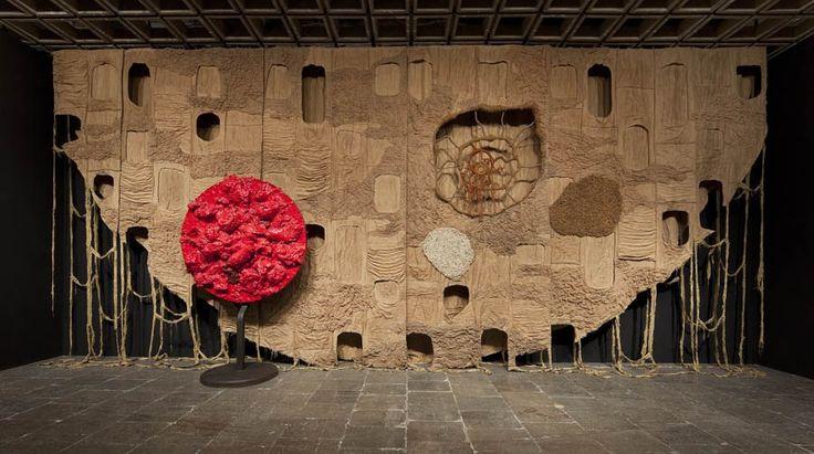 """Piotr Uklański, """"Bez tytułu"""" (The Year We Made Contact), 2010, widok instalacji, Whitney Biennale, Whitney Museum, Nowy Jork, 2010, dzięki uprzejmości artysty, fot. Zachęta Narodowa Galeria Sztuki"""