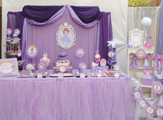 Decoración de mesa de postres lila para fiesta de Princesa Sofia. #FiestaPrincesaSofia
