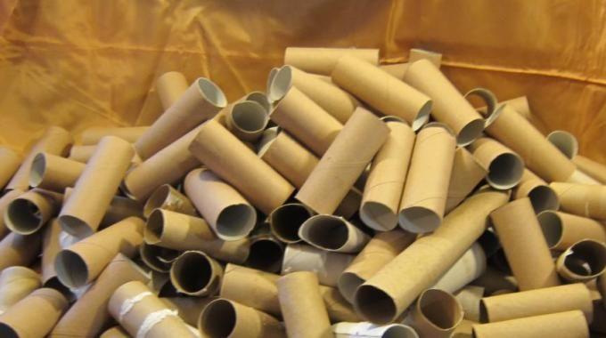 Vous serez tous d'accord avec moi pour dire que le papier toilette est essentiel dans nos vies. Mais après avoir fini un rouleau de papier toilette, il finit toujours dans la poubelle sans lui don...