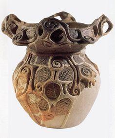 模様や形が独特な上野遺跡の壺 …