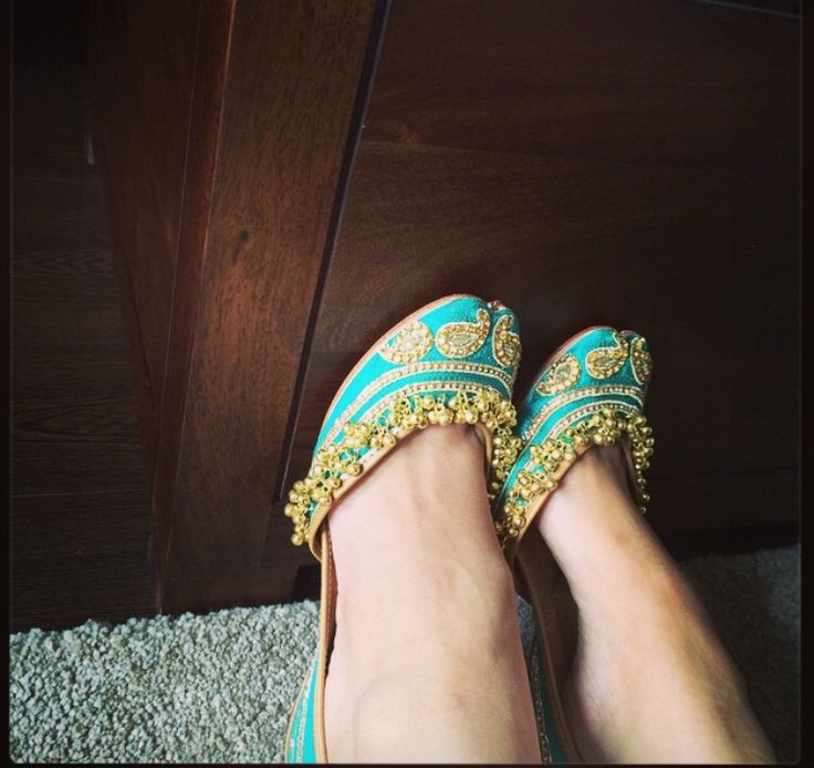 Turquoise and gold jutti, by Needledust.