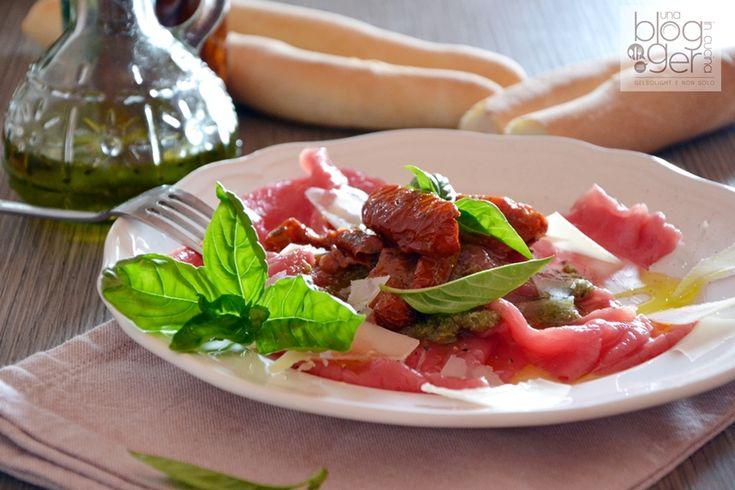 Carpaccio con pesto al basilico di Prà e pomodori secchi sott'olio, un piatto semplice e fresco senza cottura con basilico di Prà Ortoqui e carne piemontese