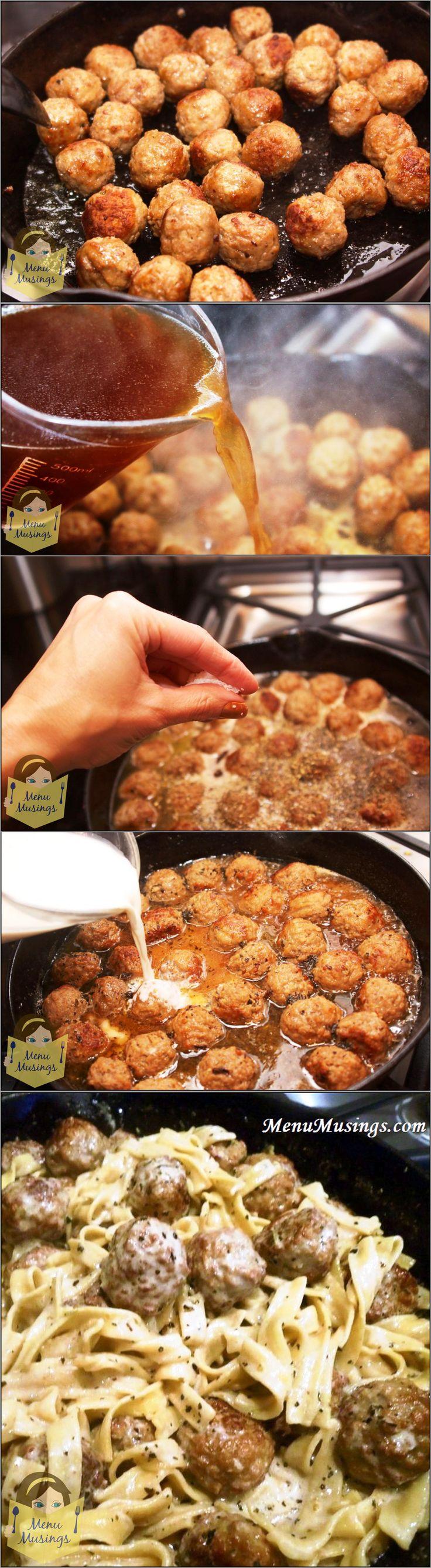 Na oleji osmaž dozlatova kuličky z mletého masa, pak přidej asi 2 šálky hovězího vývaru a přiveď k varu. Přidej se solí a pepřem sušené bylinky (petržel, oregano, bazalka) . Povař a přidej asi 2/3 šálku zakysané smetany a šálek tekuté smetany. Mezitím uvař v samostatném hrnci široké nudle a přidej je do vařící omáčky. Krátce povař.