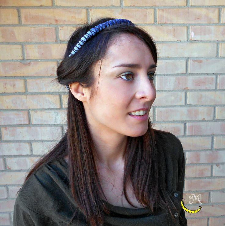 Fermaglio a forma di coroncina per raccogliere i capelli; ottenuto con stoffa, lana e filo metallico. Allacciabie sul retro. colore: azzurro e nero  In vendita qui: http://www.alittlemarket.it/accessori-per-capelli/it_fermaglio_per_capelli_coroncina_fermacapelli_clip_hair_hair_clips_chaplet_pelo_clip_pinzas_para_el_cabello_-16554336.html Seguimi su fb: https://www.facebook.com/MaliceCrafts/