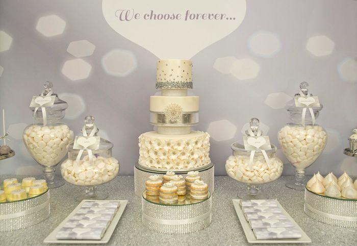 Una mesa de dulces plateada para una boda inspiraci n - Mesas de boda decoradas ...