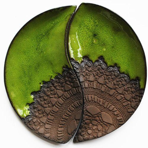 ZIELONO MI STUDIO SENSUAL . CERAMIKA dwa ceramiczne talerzyki, dopasowane kształtem i wzorem do siebie wzajemnie tworząc koło, wykonane z ciemno-brązowej gliny, pokryte soczystym, zielonym szkliwem.
