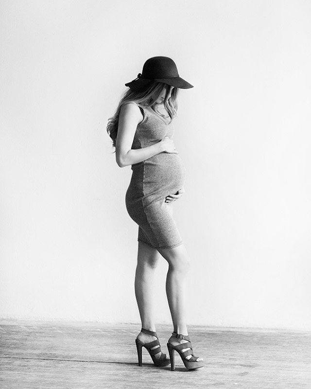 Беременность в черно-белом оттенке! Классно очень получилось!  Невероятная Полина, просто роскошная! А вы знаете, какие лучшие сроки для фотосессии беременности? Ответ - 28-32 недели. Девушкам ещё легко передвигаться, виден аккуратный животик, растяжки ещё не появились и общее состояние отличное. Если у вас такой срок- приглашаю Вас на  фотосессию 21 мая 16.00-17.00. Стоимость 7000 р час. Фотостудия веранда!