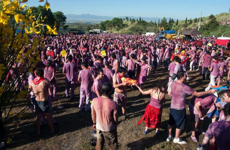 Tan imbécil como la tomatina, la batalla del vino en Haro -- (La batalla del vino es una Fiesta de Interés Turístico Nacional, que se desarrolla anualmente durante la mañana del 29 de junio, festividad de San Pedro, en la ciudad de Haro (La Rioja) España. Wikipedia) ► http://es.wikipedia.org/wiki/Batalla_del_vino